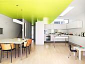 Offener Küche mit Essbereich und abgehängter Decke