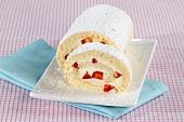 Biskuitrolle mit Erdbeer-Sahne-Füllung
