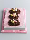 Schokoladengebäck mit Zuckereiern