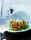 Fried scallops with chives and lemon sauce