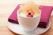 Milchpudding mit Rosenblättern und Engelshaar-Nudeln