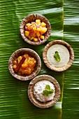 Verschiedene Chutneys und Raita aus Indien