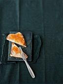 Toast mit Marmelade aus Bitterorangen