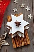 Zimtsterne, gestapelt, mit Weihnachtsdeko