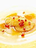 Ananasdessert mit Granatapfelkernen
