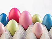 Bunt gefärbte Eier in Eierpalette