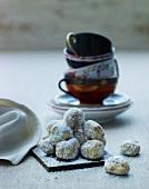 Weihnachtsgebäck und gestapelte Teetassen