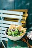 Insalata e patatine di parmigiano (salad with Parmesan chips)