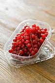Rote Johannisbeeren in Plastikschale