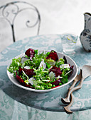 Mixed leaf salad with peas, mint and goat's cheese