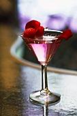 Wodka mit Rosenlikör und Himbeeren