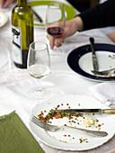 Leer gegessene Teller auf dem Tisch