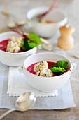 Rote-Bete-Suppe mit Pflaumen-Polenta-Knödel