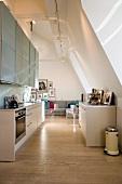 Offener Dachraum mit moderner Küche
