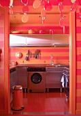 Flippige Küche mit Streifenoptik in Orange und und Rot