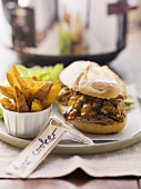 Pulled Pork Sandwich und Potato Wedges (USA)