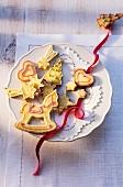 Bunt verzierte Mürbeteigplätzchen zu Weihnachten