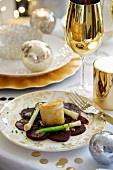 Vorspeise mit Ziegenkäse in Weissbrotkruste auf Gemüsebett