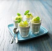 Cremedessert aus grünem Tee mit grünen Trauben