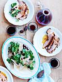 Schinkenbraten und Putenbrust (bei Niedrigtemperatur gegart) mit Feldsalat, Birnen und Cranberries