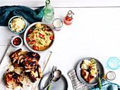Gerichte der Isaan-Küche: Gai Yang (Gegrilltes Hähnchen) und Som Tam (Papaya-Salat)