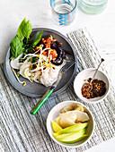 Kanom Jeen Nam Ya (Hähnchenbrust mit Nudeln und Currypaste, Isaan Küche)