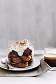 Mit Kaffee getränkte Löffelbiskuits mit Kahluacreme und weichen Datteln