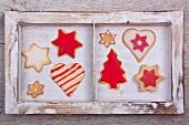 Verschiedene Weihnachtskekse im Holzrahmen