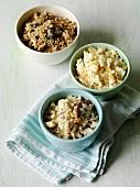 Verschiedene Toppings für Crumbles (Müsli, Nüsse, glutenfreie Cornflakes)