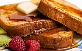French Toast mit Ahornsirup, Butter, Himbeeren und Kiwis