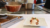Koch richtet das Essen im Restaurant Steinheuer im Heppingen-Ahr an