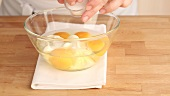 Creme fraiche zu den aufgeschlagenen Eiern geben