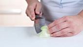 Zwiebel halbieren und klein schneiden