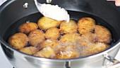 Kartoffeln im Wasser mit Meersalz bestreuen