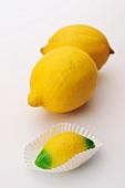 Frische Zitronen und eine Marzipanzitrone