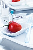 Namensschild aus Tomate, Stecknadel und Klebeband