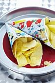 Kartoffelchips in Tüten aus Comicheften