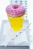 Doughnut auf Glas mit Limonade