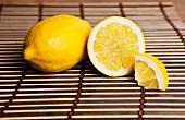 Zitronen, ganz, halbiert und Schnitz