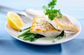 Zander fillets with lemon sauce and green beans