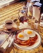 Pancakes, Spiegeleier und Kaffee im Diner (USA)