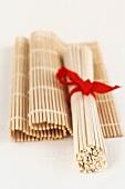 Udonnudeln, gebündelt, auf Bambusmatte