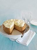 Banoffee-Pie auf Kuchenständer, angeschnitten