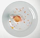 Reste von Frühstücksei auf Teller