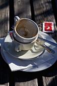 Zwei leere, benutzte Kaffeetassen auf Tisch im Freien