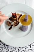 Kalbsfilet mit Vitelotte-Kegel und Cassis-Karambole (Frankreich)
