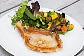 Gegrilltes Schweinekotelett mit Gemüsebeilage und Blattsalat