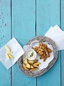 Fischfilets mit Parmesan-Zitronen-Panade und Kartoffelspalten (Draufsicht)
