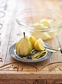 Birne abschälen und in Zitronenwasser einlegen