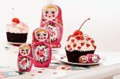 Cupcake mit Kirsche und Herzstreuseln, Babuschkas